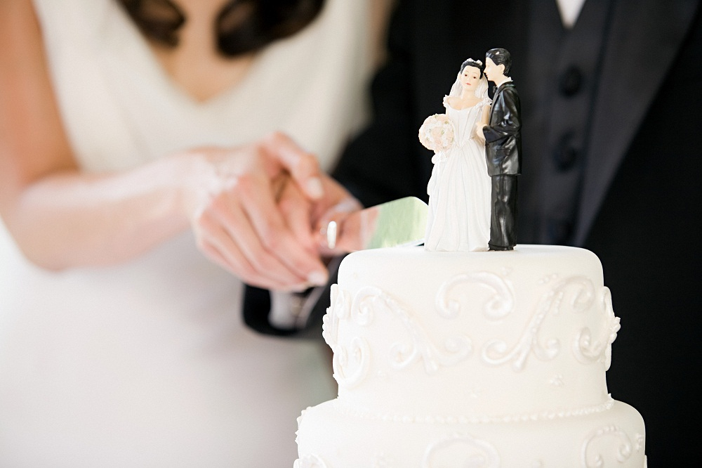 how does the bride and groom cut wedding cake and groom cutting cake what should you 15365
